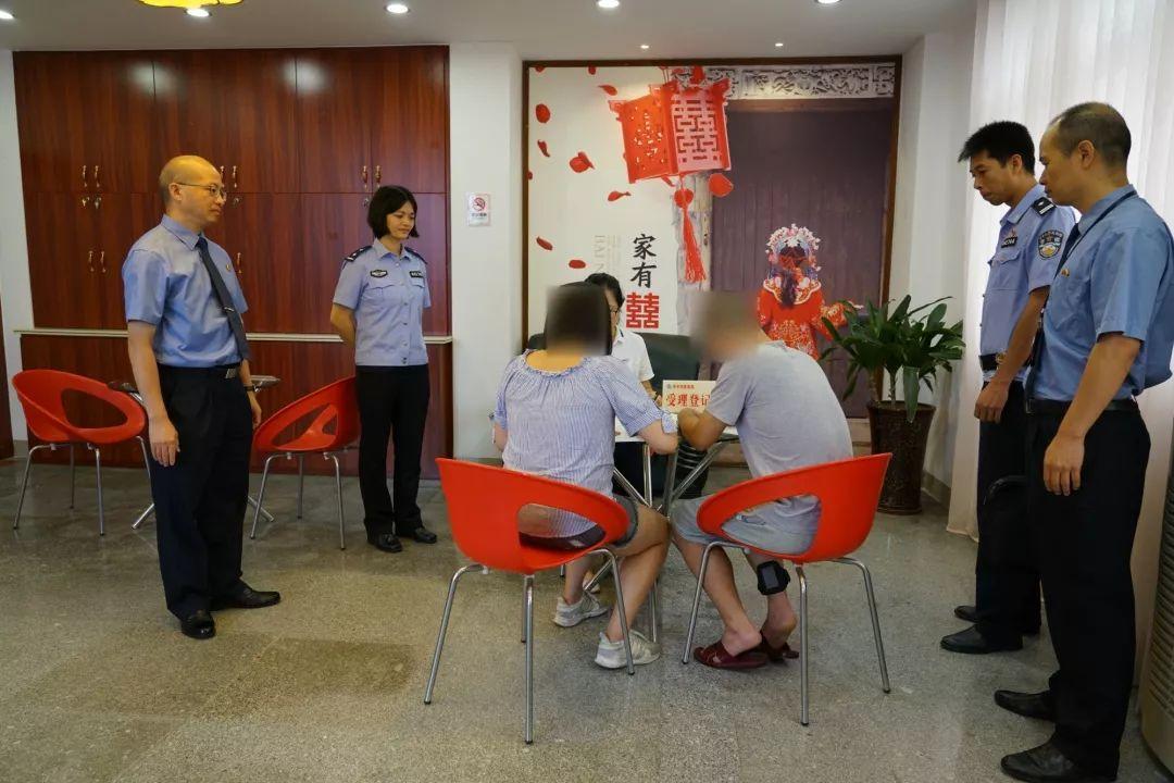 开平市民政局里,这对新人在法警注视下登记结婚了.