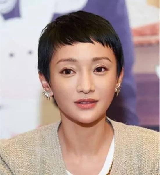 郭采洁的眉上刘海是走小精灵风格的碎发 style,刘海打薄,成零碎的