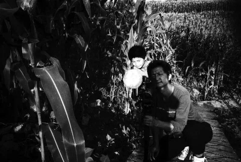 导演带着手机潜进风声鹤唳的村内,农村,儿童,贫穷,暴力,一环扣一环的